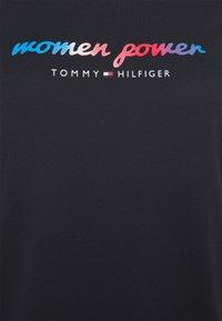 Tommy Hilfiger Curve - TEE REGULAR WOMEN UNITE  - Print T-shirt - desert sky - 4