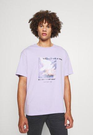 PATIENCE UNISEX - Print T-shirt - lilac