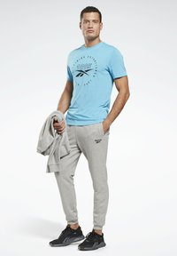 Reebok - SMALL LOGO ELEMENTS JOGGER PANTS - Pantalon de survêtement - grey - 1