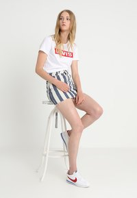 Levi's® - THE PERFECT TEE - T-shirt med print - white/red - 1