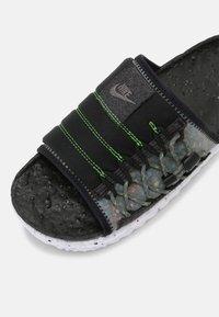 Nike Sportswear - ASUNA CRATER SLIDE - Matalakantaiset pistokkaat - black/iron grey/white/mean green - 4