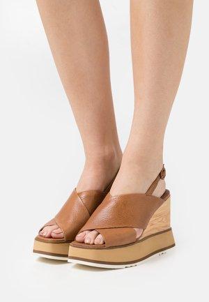 Sandalias con plataforma - bueno