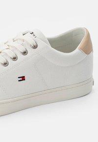 Tommy Hilfiger - ESSENTIAL VULC - Sneakers - ecru - 5