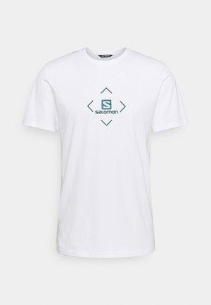 LOGO TEE - Print T-shirt - wht/trellis/pacific