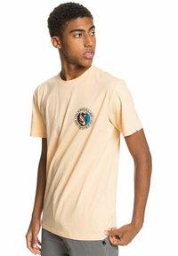 Quiksilver - MELLOW PHONIC  - Print T-shirt - apricot - 0