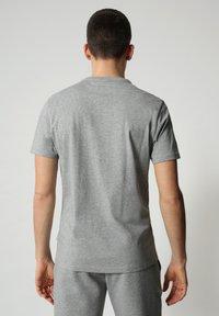 Napapijri - S-SURF FLAG - Print T-shirt - medium grey melange - 2
