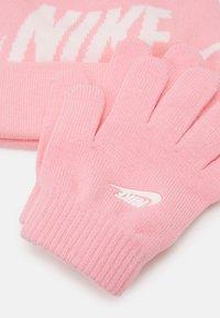Nike Sportswear - POM BEANIE GLOVE SET - Handschoenen - pink - 4