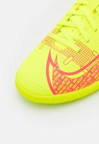 Nike Performance - MERCURIAL JR VAPOR 14 CLUB IC UNISEX - Indoor football boots - volt/bright crimson - 5