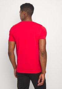 Alessandro Zavetti - GROWLER - T-shirt con stampa - red - 2