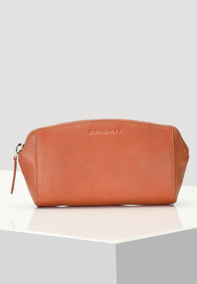 LEDERETUI CAMILLA - Wash bag - cognac