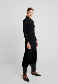 Calvin Klein Jeans - NECK LOGO FITTED DRESS - Pouzdrové šaty - black - 2