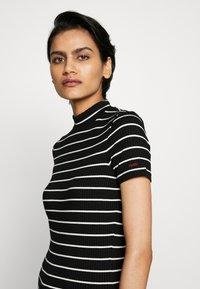 HUGO - DAROLINE - T-shirt z nadrukiem - black - 4