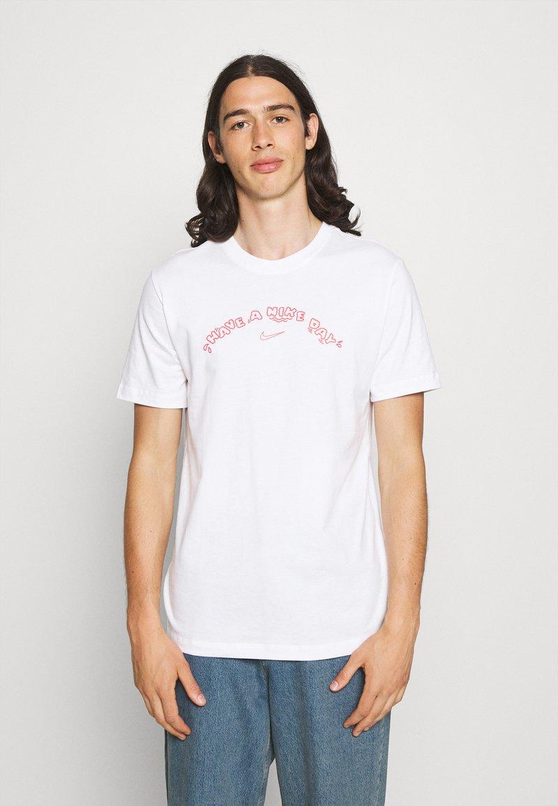 Nike Sportswear - TEE HAVE A DAY - T-shirt print - white