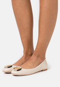 Tory Burch - MINNIE BALLET WITH MULTI LOGO - Baleriny - rice paper - 0