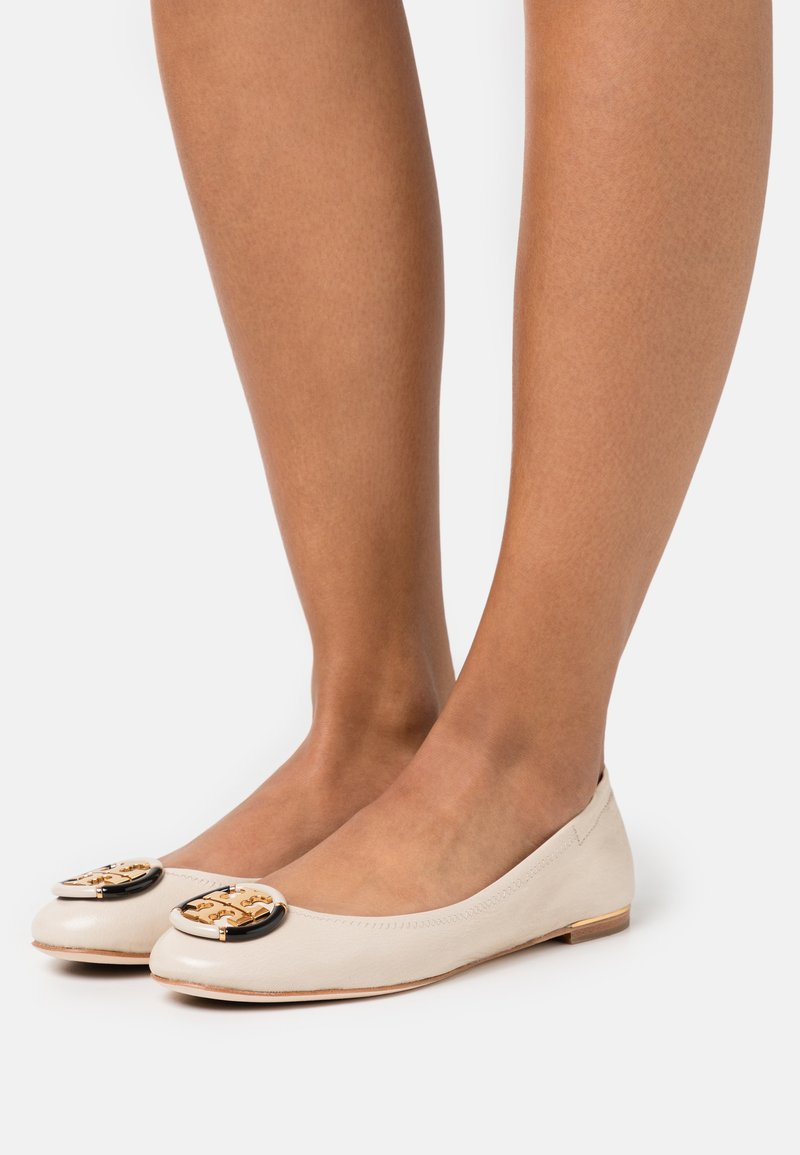 Tory Burch - MINNIE BALLET WITH MULTI LOGO - Baleriny - rice paper