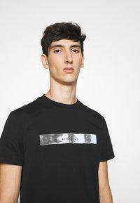 John Richmond - HEDDA - Print T-shirt - black - 4