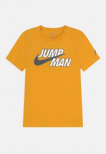 JUMPMAN STRONG - T-shirts med print - pollen