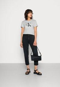 Calvin Klein Jeans - CORE MONOGRAM LOGO - T-shirts med print - light grey heather - 1