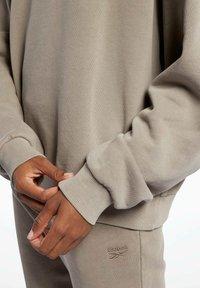 Reebok Classic - REEBOK CLASSICS NATURAL DYE OVERSIZE CREW DRESS - Sweatshirt - grey - 5