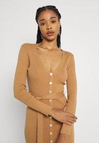 Glamorous - SKINNY FIT LONG SLEEVE MIDI DRESS WITH V NECK - Strikket kjole - camel - 3