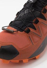 Salomon - SPEEDCROSS 5 GTX - Chaussures de running - burnt brick/black/exuberance - 5