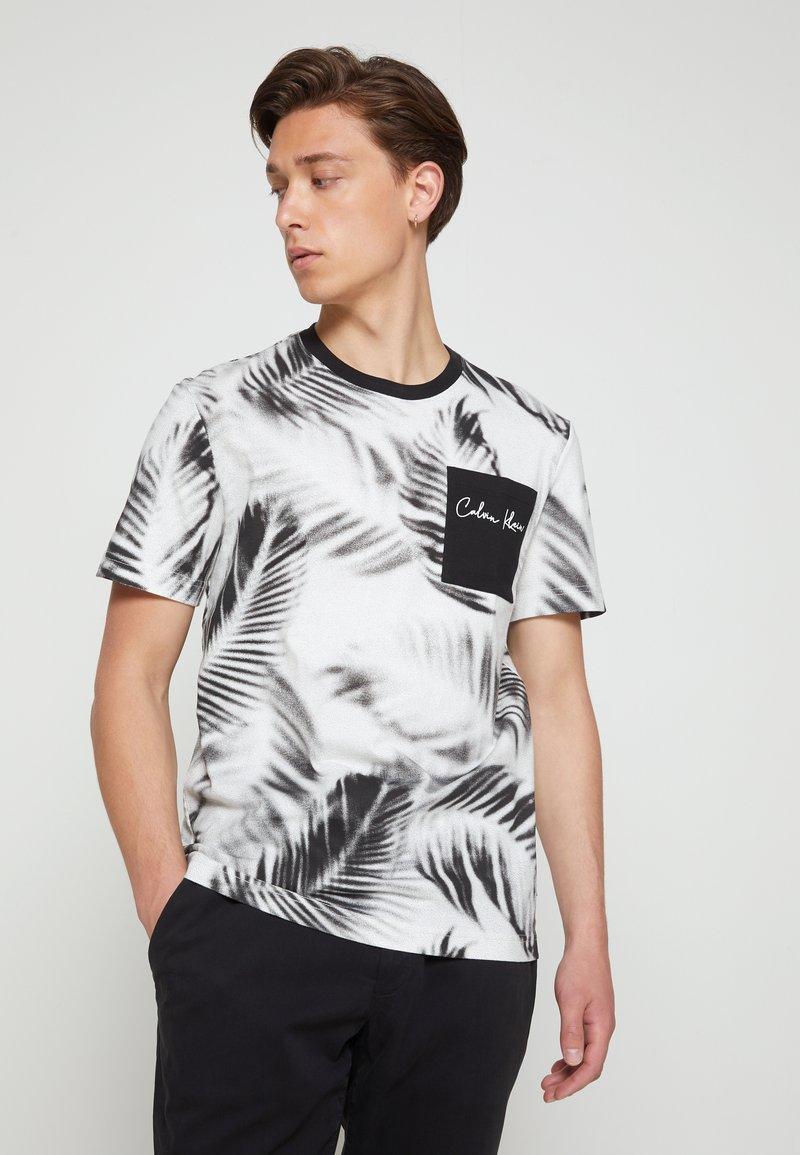 Calvin Klein - SUMMER ALLOVER  - T-shirt con stampa - bright white