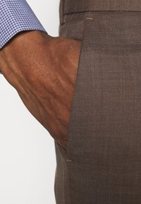 Isaac Dewhirst - PLAIN SUIT - Kostym - brown - 6