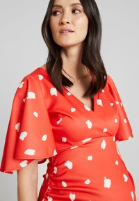 True Violet Maternity - BATWING MIDI BODYCON - Kotelomekko - red/cream spot