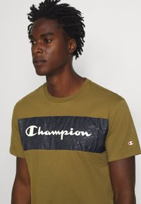 Champion - LEGACY HERITAGE TECH SHORT SLEEVE - T-shirt med print - olive/black - 4
