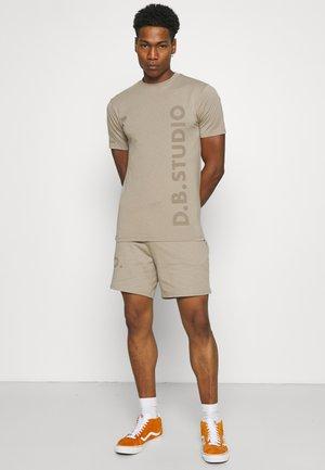 TEE AND SHORT SET UNISEX - Print T-shirt - stone