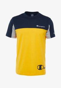 Champion - CREWNECK - T-shirt med print - yellow - 4