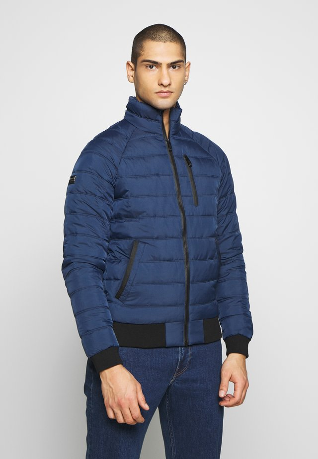 COMMUTER QUILTED - Jas - pilot mid blue