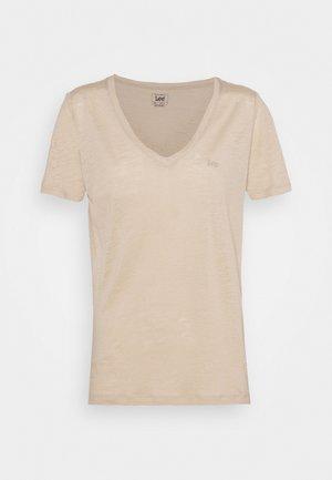 V NECK TEE - Print T-shirt - service sand