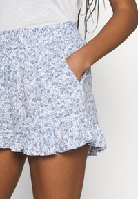 Hollister Co. - CHAIN RUFFLE HEM - Shorts - white/blue - 4