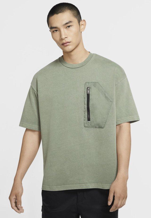 T-shirt con stampa - spiral sage