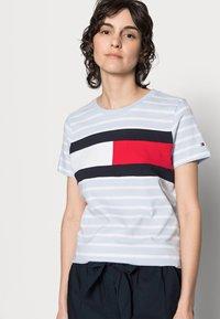 Tommy Hilfiger - TEE REGULAR FIT FLAG - Print T-shirt - classic brenton/breezy blue - 3
