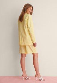 NA-KD - LINEN BLEND BLAZER - Manteau court - dusty yellow - 4