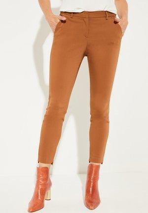 MIT DEKORATIVEN DETAILS - Trousers - dark camel