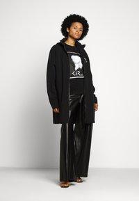 KARL LAGERFELD - LEGEND - T-shirt z nadrukiem - black - 1