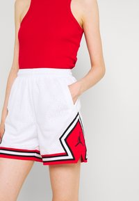 Jordan - ESSEN DIAMOND  - Shorts - white/university red - 3