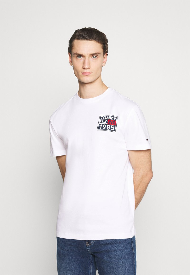 Tommy Jeans - FRONT AND BACK GRAPHIC TEE UNISEX - T-shirt con stampa - white
