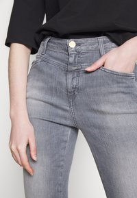 CLOSED - SKINNY PUSHER  HIGH WAIST CROPPED LENGTH - Jeans Skinny Fit - mid grey - 5