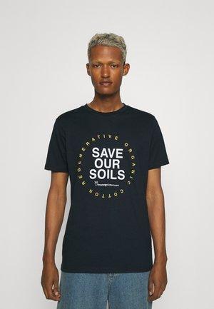 ALDER SAVE OUR SOIL TEE - T-shirt print - total eclipse