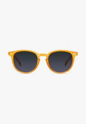 BANNA - Sunglasses - amber carbon