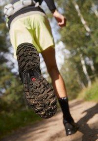 Salomon - XA PRO 3D V8 - Běžecké boty do terénu - black - 2