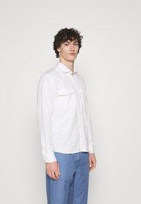 Frescobol Carioca - MARCOS SAFARI OVERSHIRT - Summer jacket - white - 0