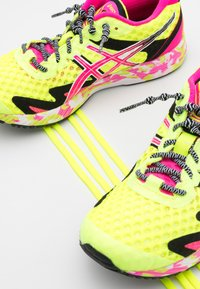 ASICS - GEL-NOOSA TRI 12 - Konkurrence løbesko - safety yellow/pink glo - 5