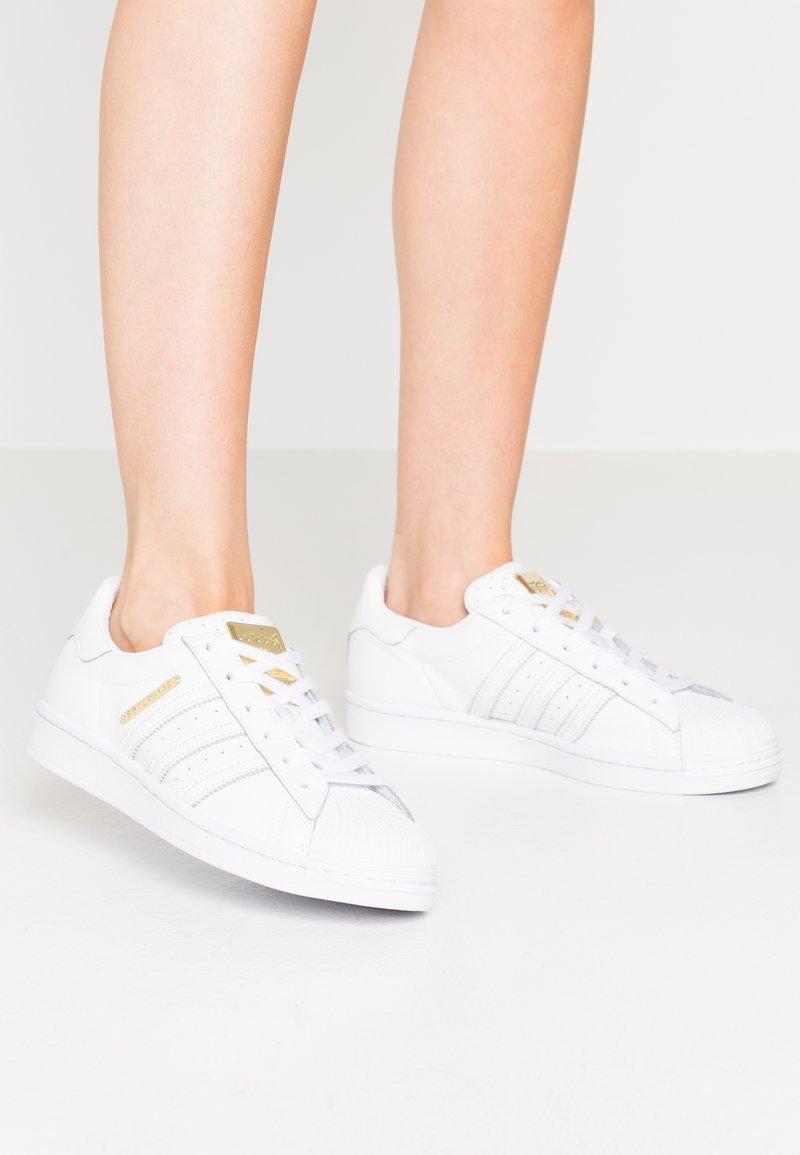 adidas Originals - SUPERSTAR - Sneakersy niskie - footwear white/gold metallic