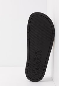 HUGO - MATCH SLID - Klapki - black/gold - 4
