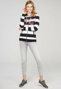 Soccx - ARTWORK - Zip-up sweatshirt - ivory / deep sea - 0